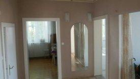Korytarz z widokiem na kuchnię po lewej i sypialnię oraz wejście do garderoby po prawej.